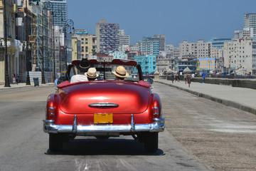 Acrylic Prints Havana Turistas dando Un paseo en coche por El Malecón de la Habana (Cuba)