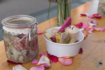 Kleine Vesper auf einem Bierzelttisch, dekoriert mit Rosenblättern