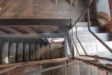 Alte Holztreppe in einem altertümlichen Fachwerkhaus mit Sicht von oben