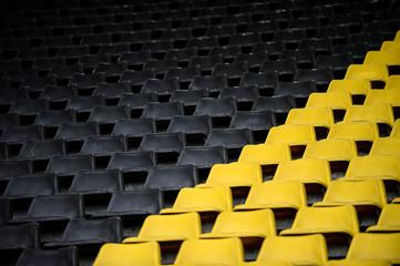 gelb schwarz Sitzreihen im Stadion