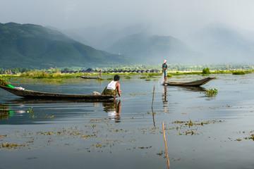 Pêcheurs avec filets sur le lac Inle, Myanmar.