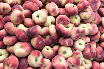 Haufen bergpfirsiche heap of flat peaches