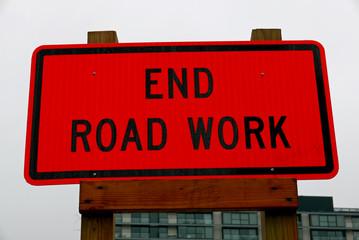 """Schild mit der englischen Aufschrift """"End Road Work"""""""