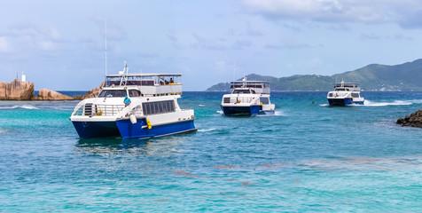 arrivée de ferries à la Passe de la Digue, Seychelles