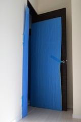In residence, curing at the time of moving, blue curing seat protecting moving luggage and room wallpaper and doors