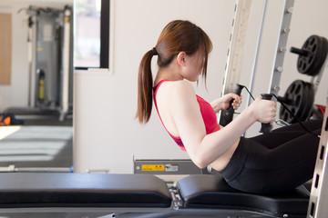 ジムで身体を鍛える日本人女性