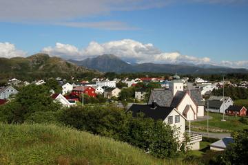 typische Häuser in Norwegen vor den Bergen in Molde