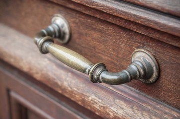 détail poignée de porte en bronze sur porte ancienne en bois