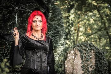 Gothic Frau auf dem Friedhof rote Haare Rothaarig