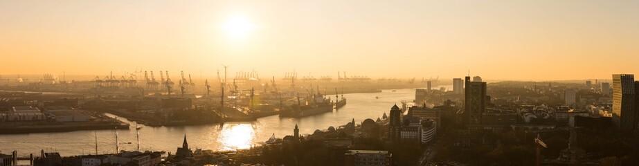 Hafen Hamburg bei Sonnenuntergang