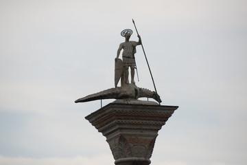 Heiligenstatue mit Drachen in Venedig