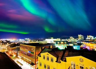 Photo sur Toile Aurore polaire View of the northern light from the city center in Reykjavik, Iceland.