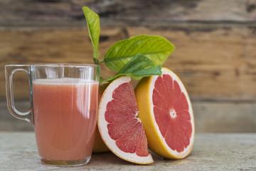 zumo de pomelo y trozos de la fruta,
