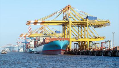 Poster de jardin Port Containerhafen mit Containerbrücken in Bremerhaven, Beladung eines Containerschiffes