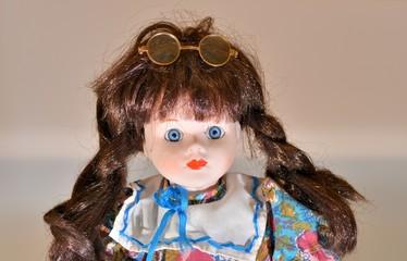 Portrait d'une jolie poupée de porcelaine