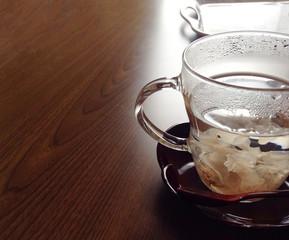 カップに入ったお茶 桜の花びら A cup of tea cherry blossoms petals