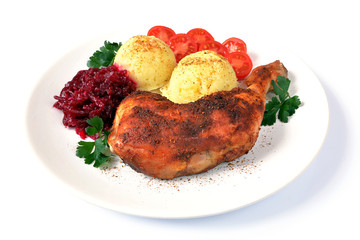 udko kurczaka pieczone z ziemniakami, pomidorem i surówką z buraków