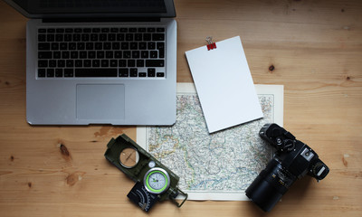 Kamera mit Landkarte und Notebook