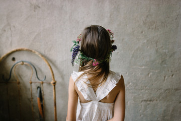 petite fille avec couronne de fleurs