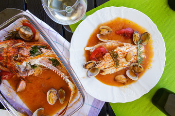 Eaten fish in wine with shellfish in the form for baking