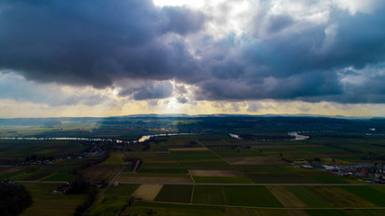 Wallpaper Beatiful droneview landscape with the sun shining beatifully through the clouds