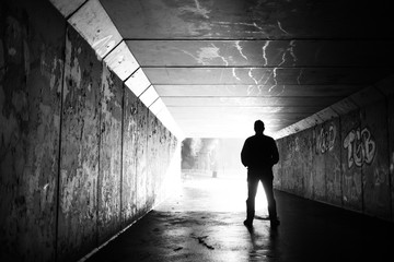 Fototapeta Mężczyzna w tunelu obraz