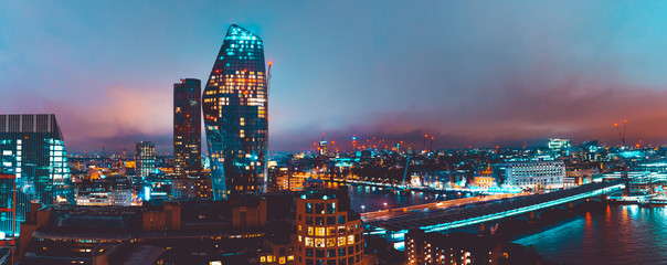 Photo sur Plexiglas Londres panoramic overview of london landscape with skyscrapers and Blackfriars Bridge at night