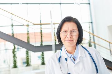 Porträt einer älteren Frau als Ärztin mit Erfahrung