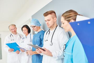 Medizin Studenten und junge Ärzte in der Ausbildung