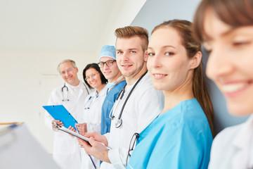 Studenten oder junge Ärzte in einer Schulung