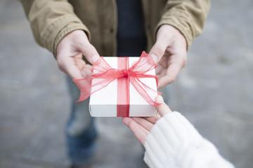 プレゼントを手渡す男女