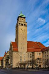 Rathaus Berlin-Neukölln von Südosten im Morgenlicht. Auf der Spitze des markanten Turms thront die Glücksgöttin Fortuna
