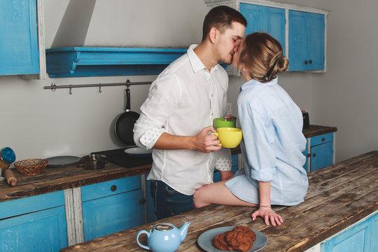 Красивая молодая пара пьет кофе на кухне