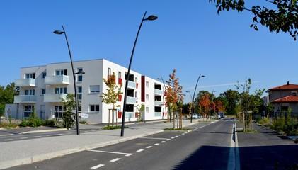 Immeuble moderne dans quartier avec lampadaires Wall mural
