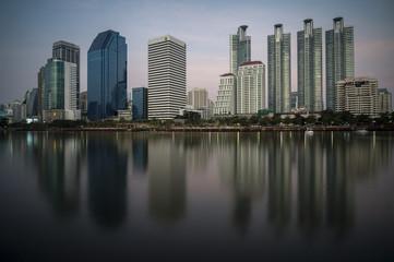 Une réflexion des grattes ciel de Bangkok sur un lac .