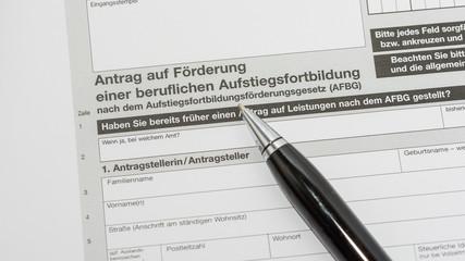 Meister-Bafög Antrag mit Kugelschreiber