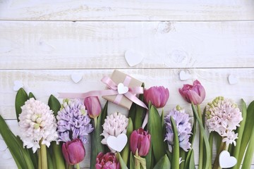 Frühlingsblumen mit Geschenk - Grußkarte Frühling