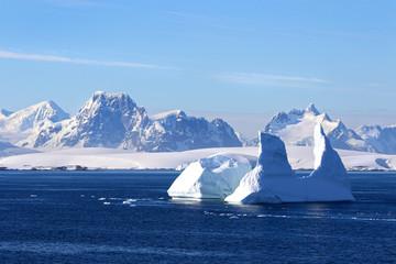 Photo sur Plexiglas Antarctique Antarctica on a Sunny day- Antarctic Peninsula - Huge Icebergs and blue sky.