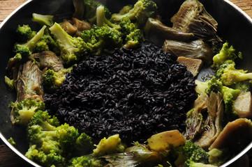 Arroz preto com brócolis e alcachofras Black rice with broccoli and artichokes Risotto con carciofi e broccoli