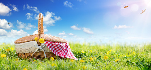 Foto auf AluDibond Picknick Picnic - Basket On Meadow