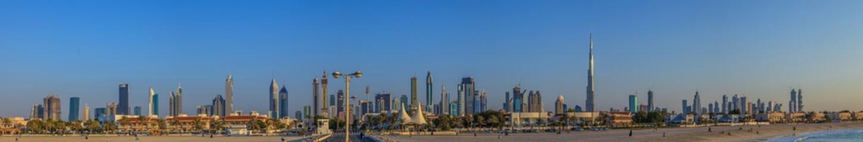 Panorama der Skyline von Dubai bei Tageslicht und blauem Himmel fotografiert von der Meerseite im November 2014