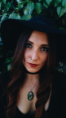 Preciosa mujer joven con aspecto de bruja moderna