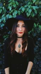 Preciosa chica joven vestida de bruja