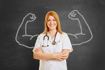Starke Ärztin mit Muskeln aus Kreide
