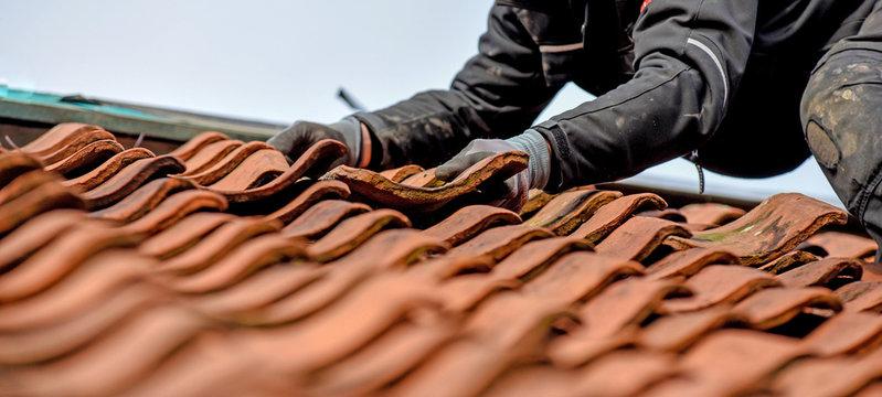Dachdecker auf dem Dach Arbeistsicherheit
