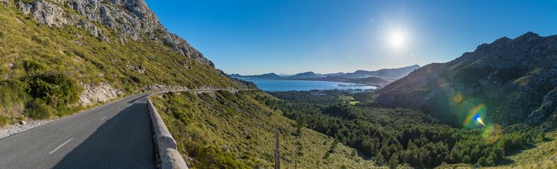 Landstraße und Aussicht vom Mirador Es Colomer auf Mallorca richtung Formentor