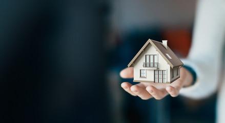 Casa in mano, mutuo affitto appartamento, 3d render