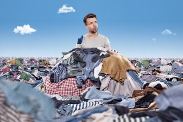 Mann im Wäschehaufen