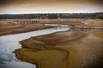 Gran embalse en tiempo de sequía