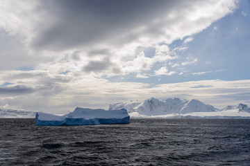 Photo sur Aluminium Antarctic landscape with iceberg